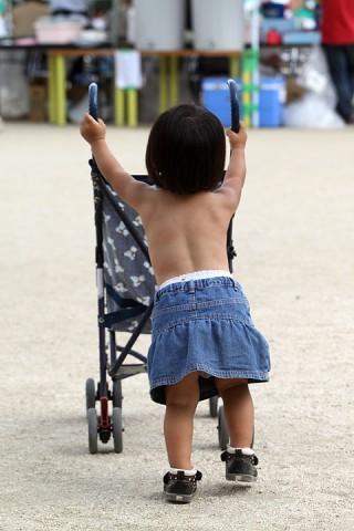 運動会中、裸でベビーカー押すちか